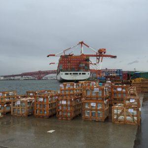 大阪港での石材製品の引き取り