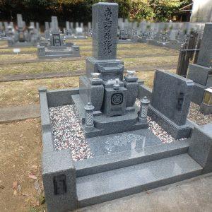 河内長野中央霊園で花模様彫刻を施して華やかに、天山石『銀剛』の石碑工事