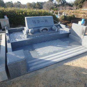 堺市霊園(鉢ヶ峰)で天山石『銀剛』の洋型石碑のお墓工事。バリアフリー型外柵、『泰震』を使用し地震にも強いお墓に。